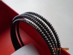 Újszerű 4 db fekete műanyag karperec ezüst színű apró gyöngyszerű díszítéssel
