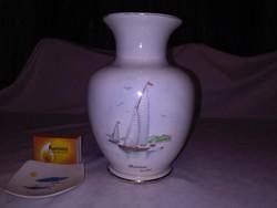 """Hollóházi """"Balatoni emlék"""" váza vitorlásokkal - szuvenír"""
