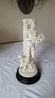 Gyümölcskosaras fiú szobor