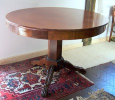 Antik faragott háromlábú kerek asztal