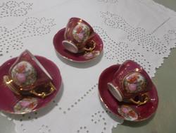 Bordó szinű jelenetes kávés csészék, három darab
