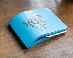Retro wc papír tartó virág mintával, kék zománcos - Fémipari Szövetkezet Szombathely