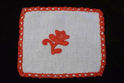 Erdélyi írásos hímzés kézimunka lakástextil dekoráció kis méretű terítő vászon anyag 22,5 x 18,5 cm