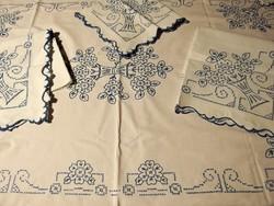 4 db-os garnitúra: nagyon régi virágkosár mintával kézzel hímzett vászon terítő, falvédő