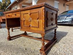Eladó egy GYÖNYÖRÜ koloniál Íróasztal. Bútor újszerű  állapotú, lapja karc mentes. Nagyon mély fiókj