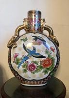 Kínai 47cm-es porcelán váza, aranyozott fülekkel, domború festéssel, matricás díszítéssel