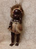 Vintage pislogó afrikai baba 27 cm magas.