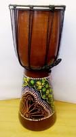 Djembe, konga dob Indonéziából, festett mahagóni fatömbből kiváj test, kecskebőr hártya.