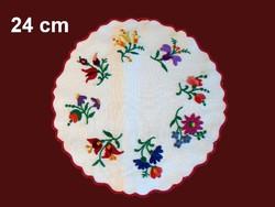 Kalocsai mintával kézzel hímzett terítő