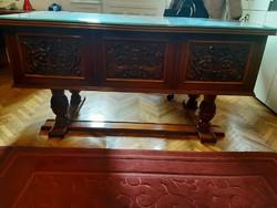 Díszes faragott íróasztal