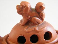 Fedeles keleti füstölőtartó cserépedény (sárkány és kutya motívumos)