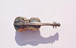 Régi aranyozott apró hegedű, gomblyukjelvény