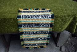 Retro gyapjúval hímzett kézimunka terítő , asztalközép hímzés dekoráció 70 x 34 cm + 4 cm rojt
