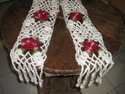 Vintage stílusú női horgolt hófehér alapon bordó rózsás divatos sál