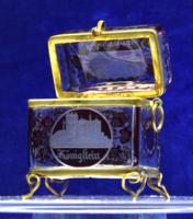 Üveg biedermeier emlékdoboz fém verettel