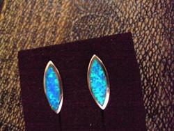 Ezüst elegáns fülbevaló kék opállal