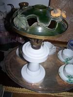 Antik szakított tejüveg. A lámpaernyő Murányi Éva műve.  Leveles-bogyós díszítésű, áttört, mázas ker