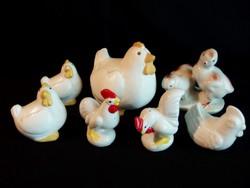 Baromfiudvar 2-es 7 db porcelán és kerámia: tyúkanyó, csibék, kakasok (sószóró)