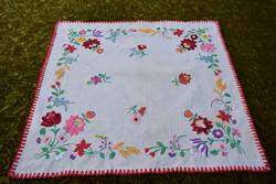 Hímzett kalocsai mintás díszterítő , asztal közép , terítő , vászon hímzés 56 x 53 cm