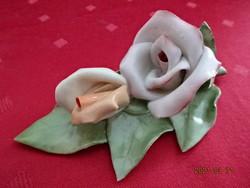 Aquincumi porcelán, rózsa formájú asztalközép, hossza 11,5 cm.