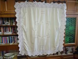 Halvány bézs hímzett terítő körben szép horgolt fehér 15 cm-es csipkével.