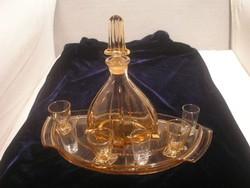 N14  Art decó Moser jellegű likőrös mályvaszínű +6 pohárral mélyített tálcával  magas dugójával