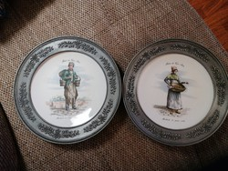 Nagyméretű, porcelán betétes  ónötvözet tányérok hibátlan állapotban. Átmérő 25,5 cm. 6000 Ft/2 db.