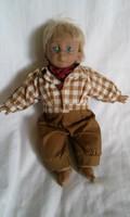 E 110.  Nagyon cuki textil testű porcelán fiú baba  25 x 20 cm , gyűjtőknek