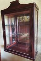 Tükör hátlap betéttel, vitrines fali szekrény, üveg polcokkal