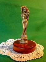Korsót tartó réz női szobor
