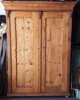Fenyőfa szekrény akantuszos díszítéssel