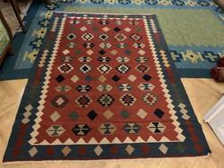Hibátlan torontáli szép színvilágú szőnyeg.
