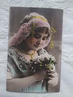 Antik, kézzel színezett, aranyozott fotólap/képeslap hölgy virágokkal, csipke kendő, 1900 körüli