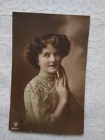 Antik, kézzel színezett, fotólap/képeslap hölgy csipke ruhában 1913