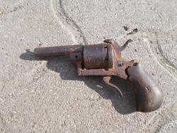 Régi gyúpeckes revolver fellelt állapotban