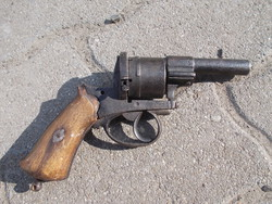 Régi gyúpeckes revolver