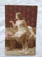 Antik olasz kézzel színezett, aranyozott erotikus fotólap/képeslap hölgy áttetsző ruhában, 1910-20