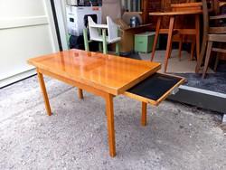 Retró lakkozott dohányzóasztal kihúzható tálcával - '60-as évek közepe