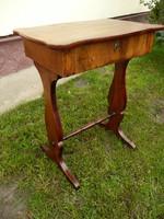 Eredeti antik vastag dió svartnis biedermeier asztalka / kis laptop asztal / íróasztal / varróasztal