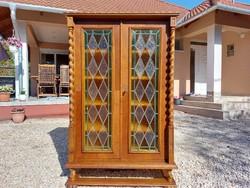 Eladó SZÉP  koloniál vitrines , polcos komód - szekrény Bútor szép állapotú.