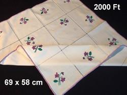 Ibolya virág mintával kézzel hímzett azsúrozott terítő