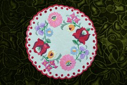 Hímzett kalocsai mintás dísz terítő , asztalközép lakástextil dekoráció 22 cm