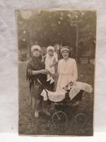 Régi fotó , nők gyermekekkel , babakocsi