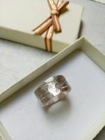 Szabdalt-kalapált ötvös gyűrű