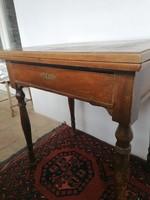 Szétnyitható furnéros, fiókos antik asztal