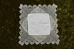 Antik díszzsebkendő kis terítő vert csipke szegély , lakástexti  , dekoráció tálcakendő 23,5 x 22 cm
