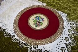 Antik ibolya mintás gobelin betétes bársony terítő asztal közép fémszálas csipke szegéllyel 34,5 cm