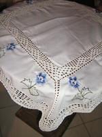 Gyönyörű kézzel horgolt szélű és horgolt betétes gépi hímzett kék virágos terítő