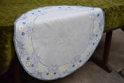 Selyemmel hímzett antik szecessziós kör terítő , vékony pamut anyag , abrosz asztal közép 80 cm