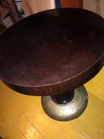 Art Deco dohányzó asztal rész poncolással díszített talapzattal